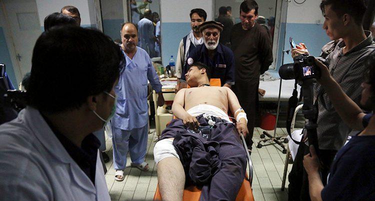 En man som skadats av en bomb