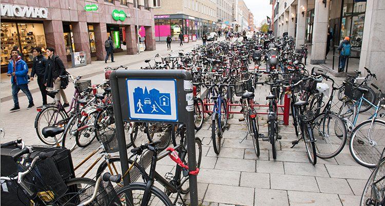 En parkering för cyklar i Uppsala