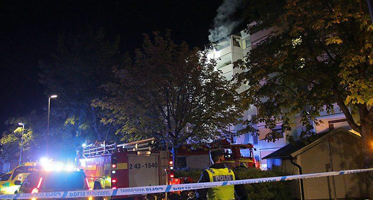 Poliser vid huset som brann