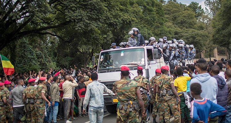 Militärer försöker stoppa ett bråk