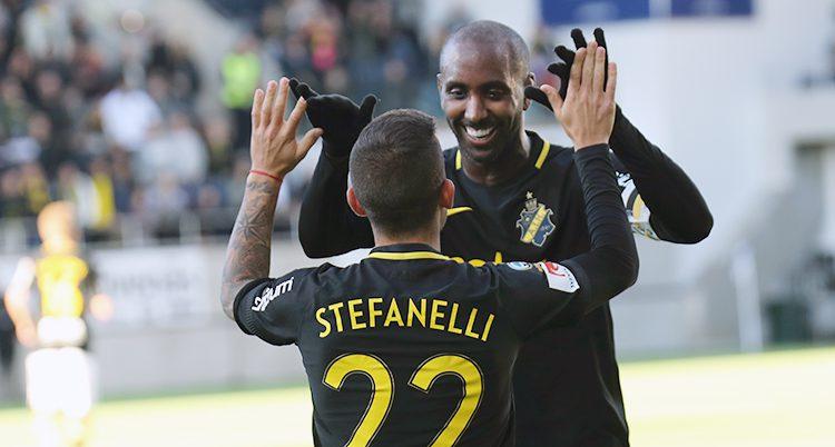 AIKs spelare firar ett mål
