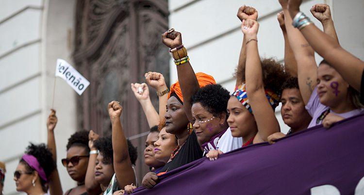 Kvinnor protesterar i Brasilien