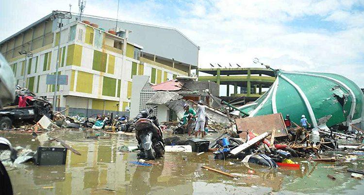 Folk undersöker skadorna efter jordskalvet
