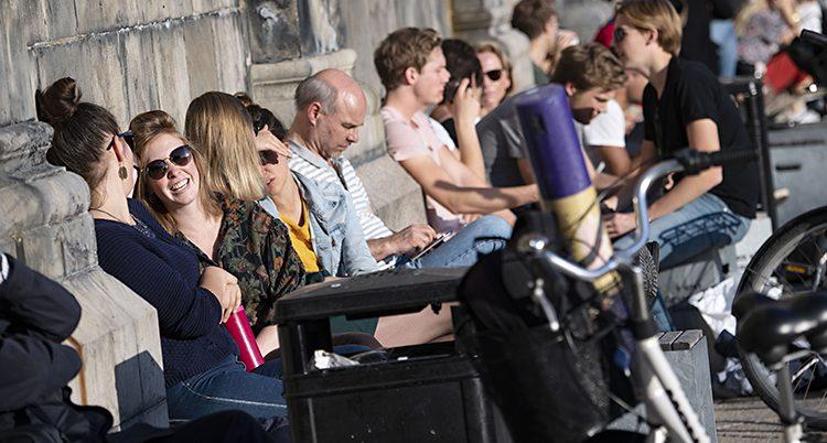Folk njuter av sol och värme