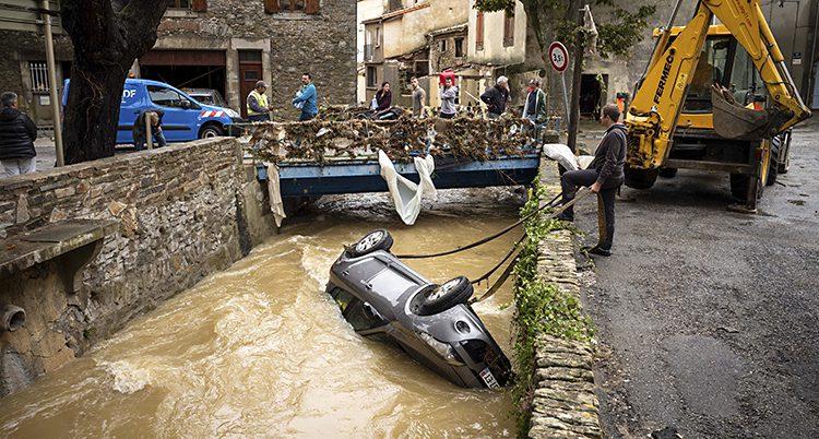 En bil har spolats ner i en flod