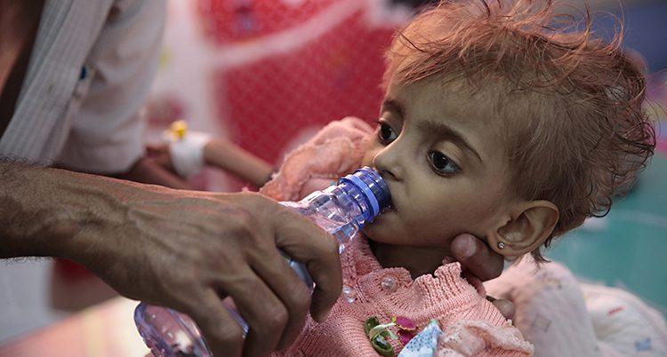 Ett barn får vatten
