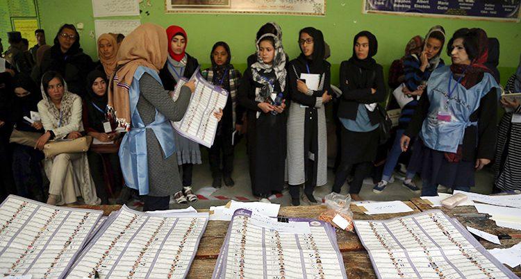 Kvinnor som jobbar med valet i en av lokalerna.
