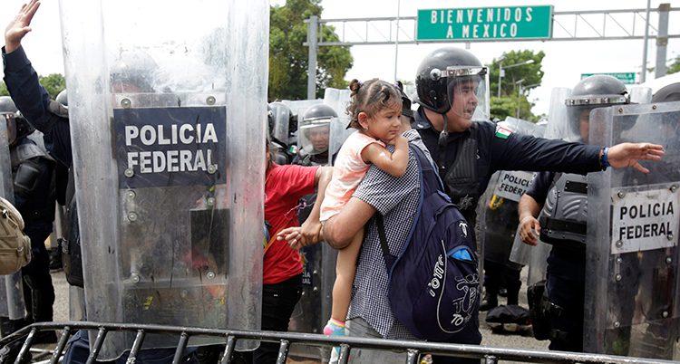 En familj från Honduras får passera en gränskontroll i Mexiko.