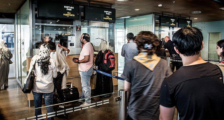 En kö med personer som ska visa pass vid gränskontrollen i Arlanda.