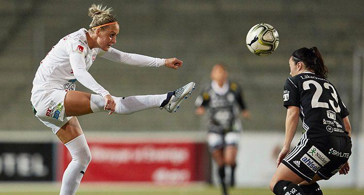 Rosengårds Sanne Troelsgaard skjuter bollen över en spelare från Piteå.