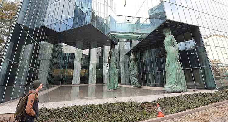 En man framför Högsta domstolen i Polen