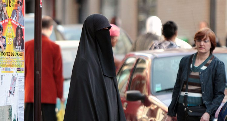 En kvinna med slöja