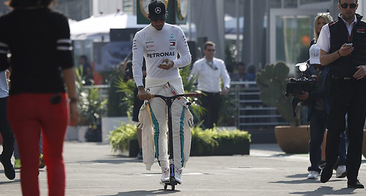 Han åker på en sparkcykel som drivs med el