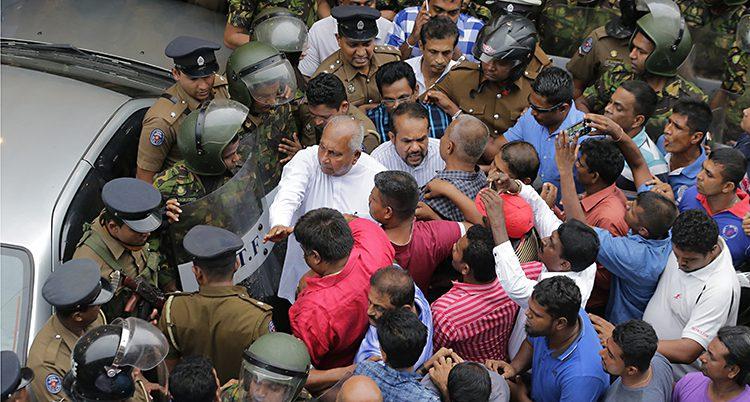 Människor protesterar i landet Sri Lanka