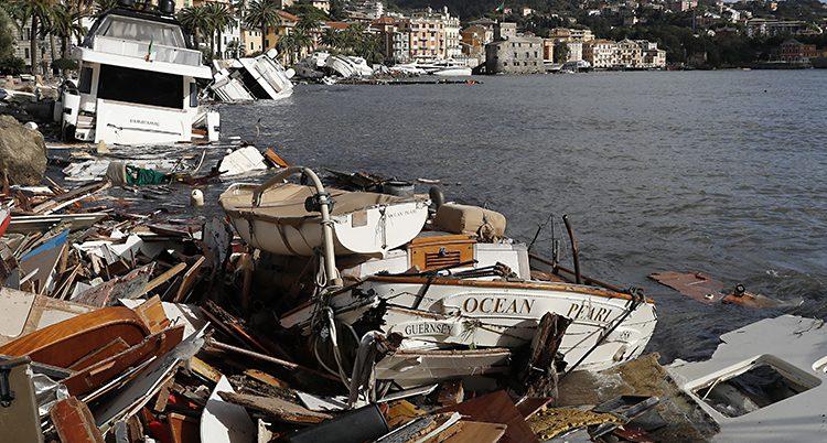 Båtar krossades i ovädret.