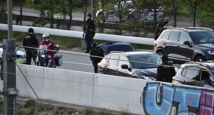 Danska poliser spärrade av många vägar.