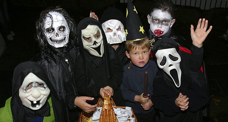 Barn har klätt ut sig till monster