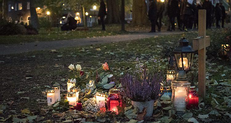 Ljus för de döda på en kyrkogård