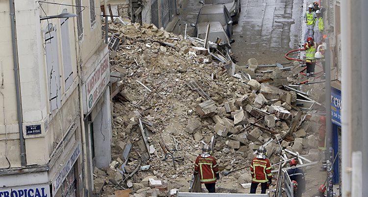 Flera hus rasade i Marseille.