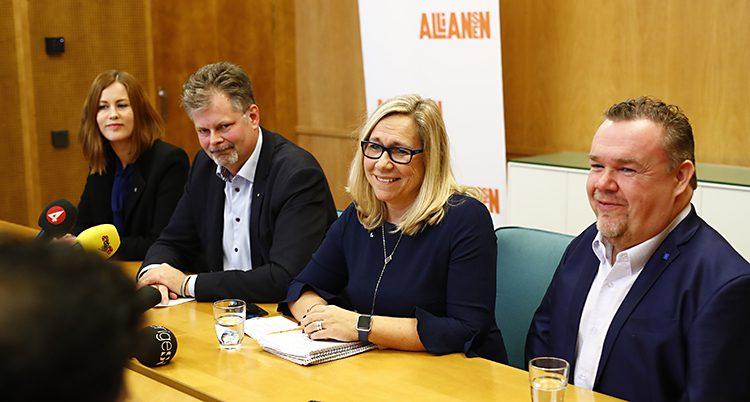 Fyra politiker sitter vid ett bord och har möte med journalister.