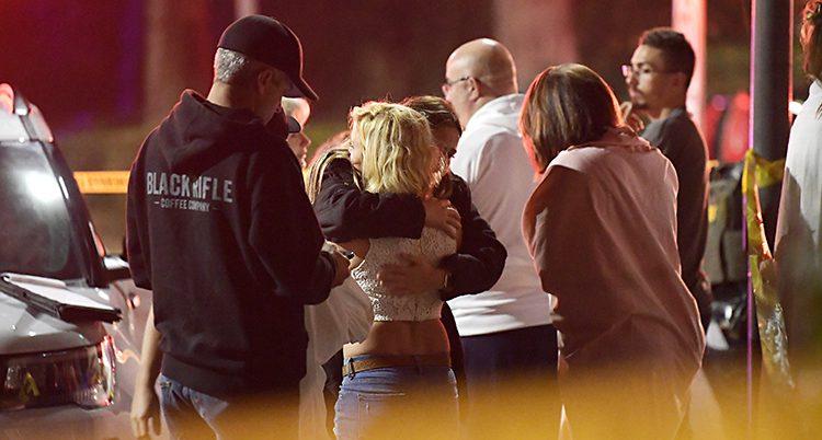 Människor som tröstar varandra.