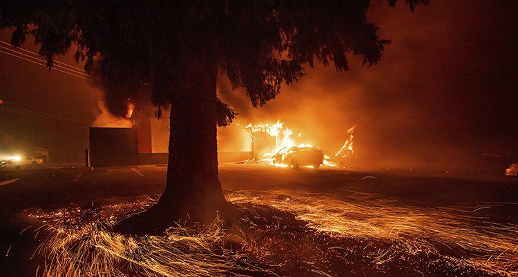 En stor brand i en stad i USA.