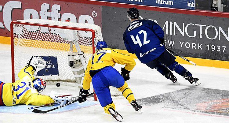 Finland gör mål på Sverige.