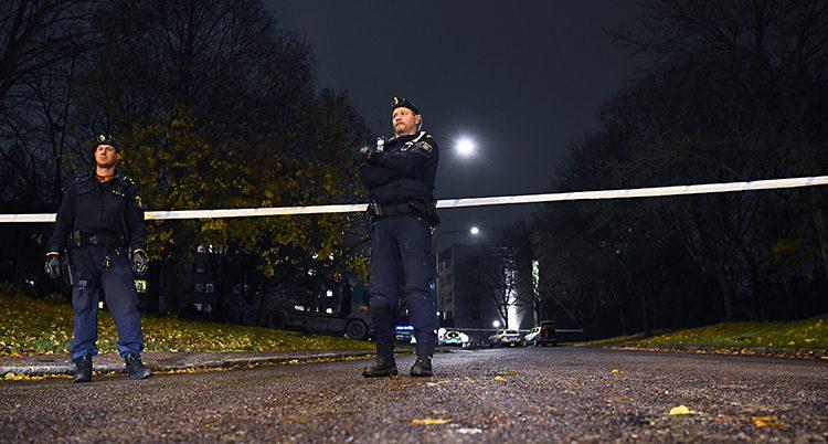 Poliser på platsen där männen sköts