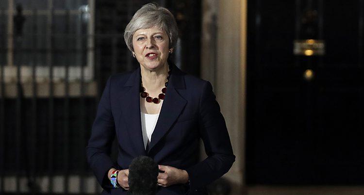 Theresa May håller tal utanför sitt hus.