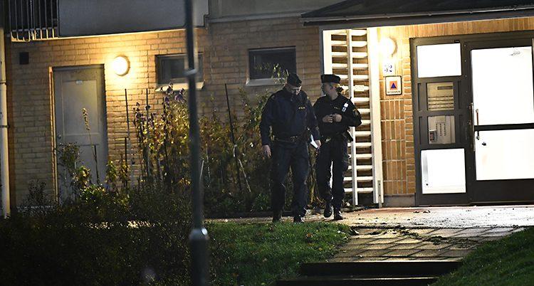 Poliser på plats där mannen sköts