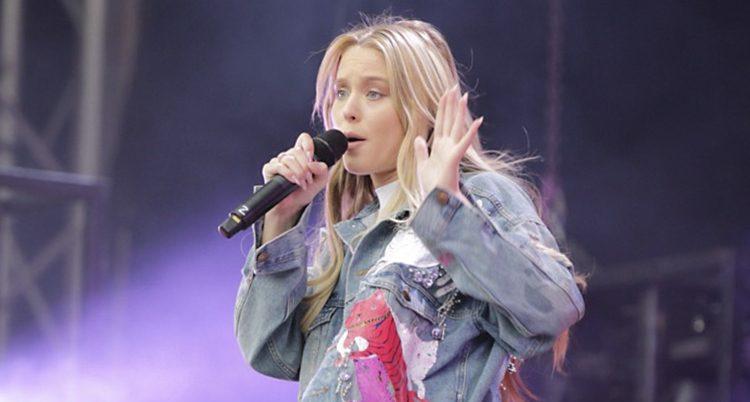Zara Larsson på scen.