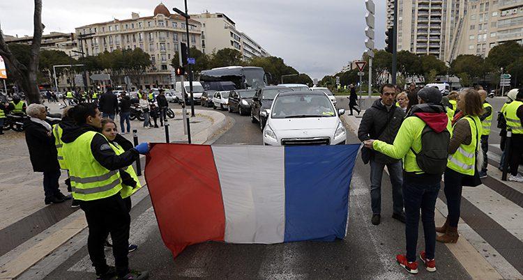 Demonstranter stoppar bilar i staden Marseille