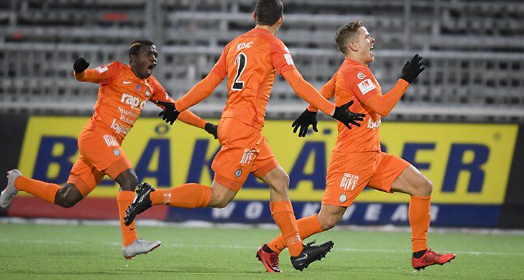 Spelarna firar ett mål.