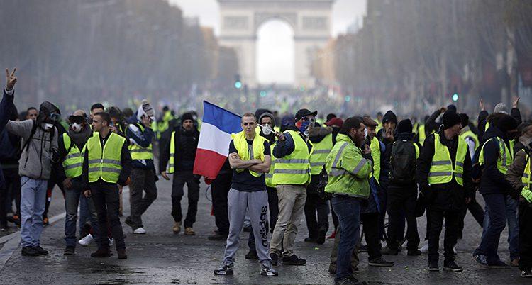 Folk i gula västar protesterar
