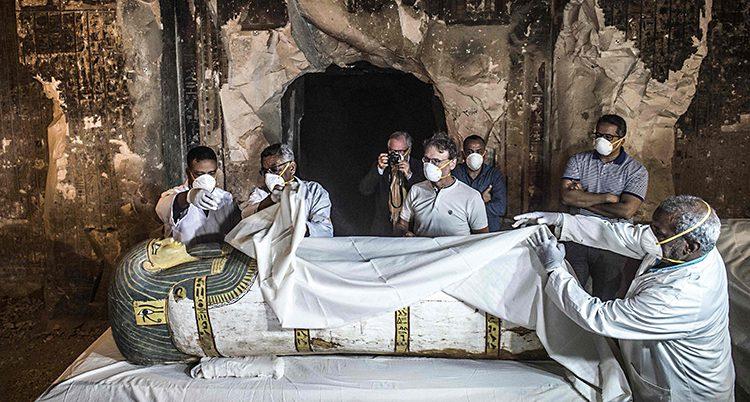 Folk undersöker den gamla graven