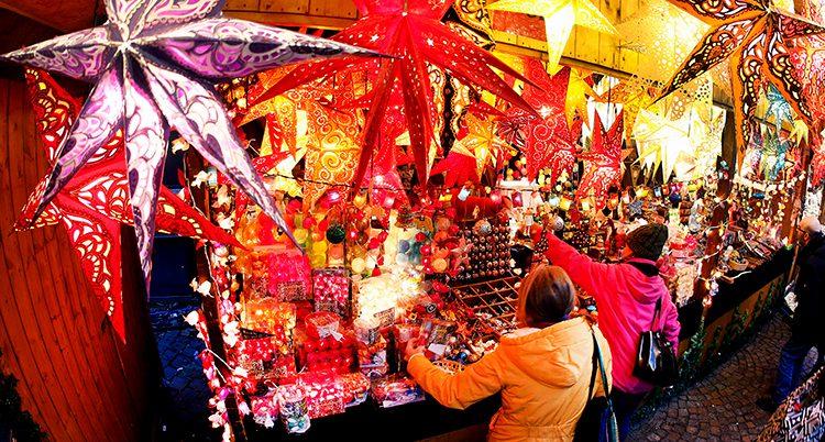 Människor framför ett skyltfönster med julbelysning.
