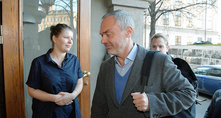 Jan Björklund går in på ett möte.