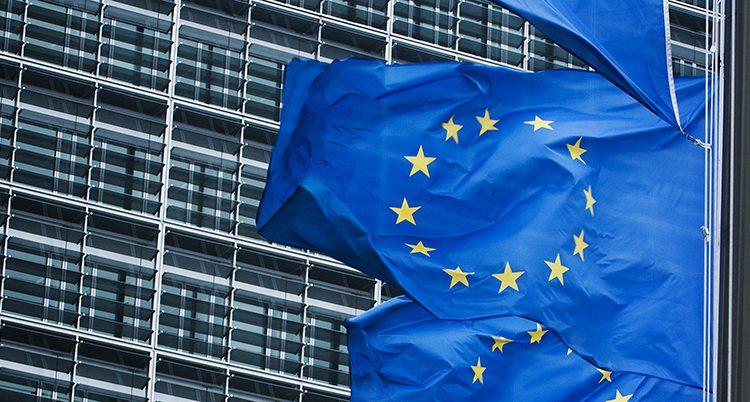 EU-flaggor utanför ett hus.