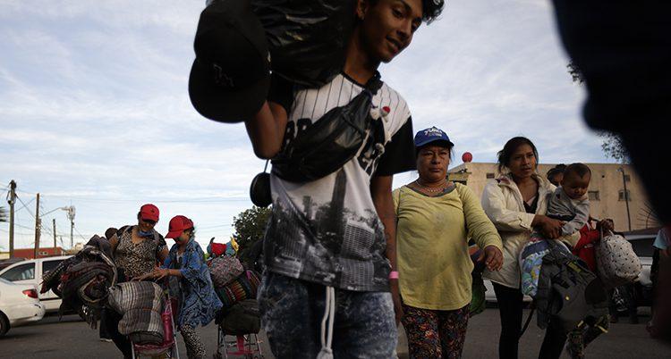 Flyktingar i Tijuana som bär på sin packning