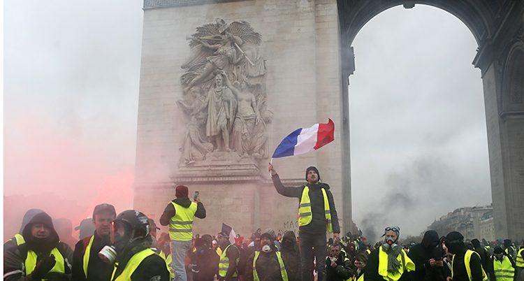 Folk protesterar i Paris.