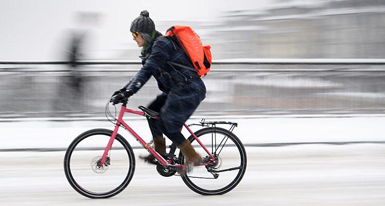 En person som cyklar på vintern