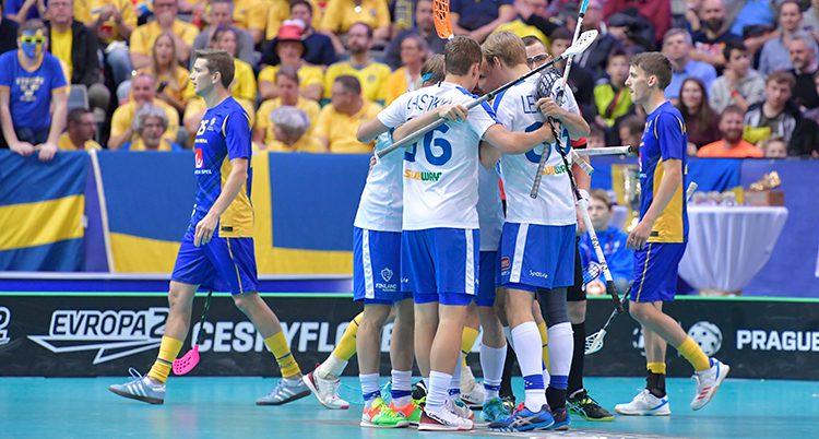 Finska laget kramas efter vinsten.