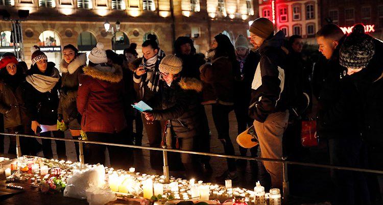 Människor har tänt ljus för offren i Strasbourg.