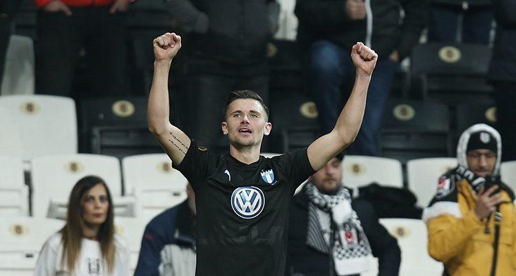 Fotbollsspelaren Marcus Antonsson på planen.