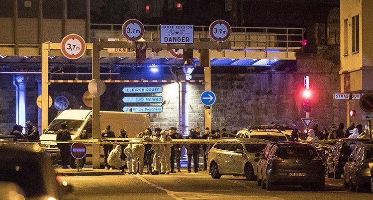 Avspärrningar och poliser på en gata i Strasbourg.