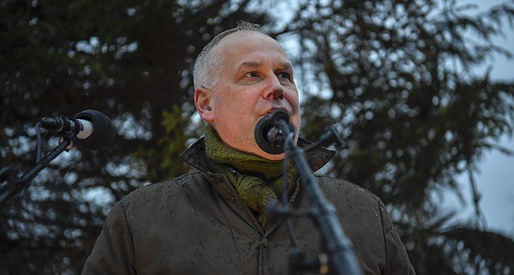Jonas Sjöstedt håller tal.