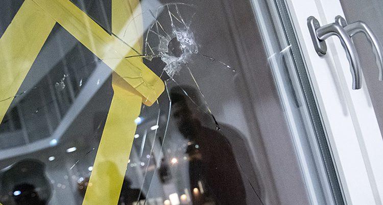 Skottet gick genom fönstret.