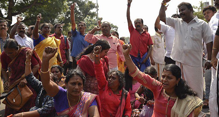 Folk protesterar mot att kvinnor gått in i temple