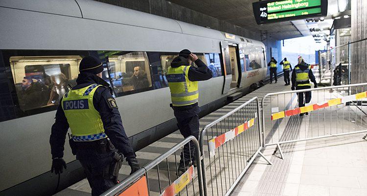 Poliser vaktar vid Sveriges gräns