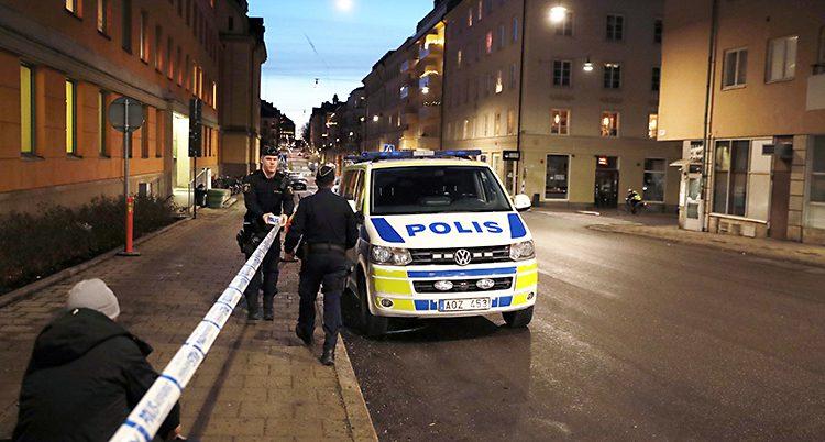 Poliser vaktar vid domstolen.
